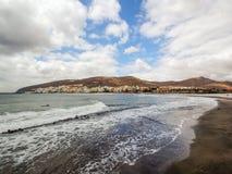 Mening van de Atlantische Oceaan en de stad Gran Tarajal, Fuerteventura Stock Afbeeldingen