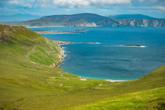 Mening van de Atlantische Oceaan van een heuvel bij Keem-baai, Achill, Co Royalty-vrije Stock Fotografie
