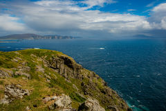 Mening van de Atlantische Oceaan van een heuvel bij Keem-baai, Achill, Co Stock Afbeelding