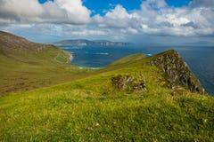 Mening van de Atlantische Oceaan van een heuvel bij Keem-baai, Achill, Co Stock Foto