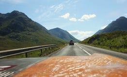 Mening van de auto op Schots Hooglandenlandschap in de zomer Stock Afbeeldingen