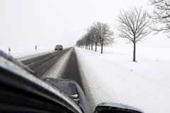 Mening van de auto Sneeuwvoorwaarden op de weg royalty-vrije stock afbeeldingen