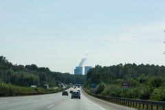 Mening van de A2 autosnelweg en Scholven-de steenkoolkrachtcentrale royalty-vrije stock fotografie