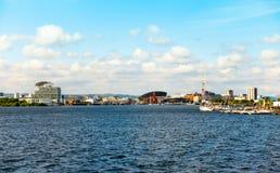 Mening van de Baai van Cardiff en Meerminkade stock foto's
