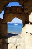 Mening van de baai door een uitvlucht in de muur op het Eiland Rhodos in Griekenland Royalty-vrije Stock Foto's