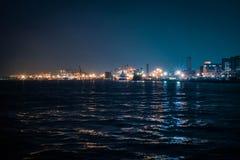 Mening van de de Baai de industriële haven van Tokyo bij nacht De richtlijn van het landschap stock afbeeldingen