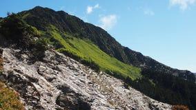 Mening van de berg de blauwe hemel in Taiwan stock fotografie