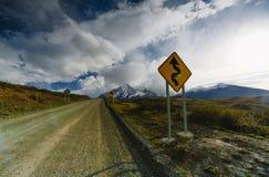 Mening van de bergen en de weg in Torres del Paine National Park De herfst in Patagonië, de Chileense kant stock afbeelding