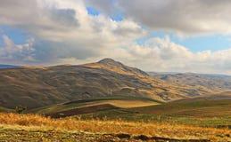 Mening van de bergen van Gobustan in de zomer Stock Fotografie