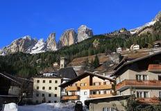 Mening van de bergen Sassolungo van Campitello Stock Fotografie