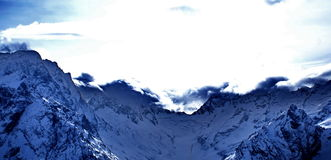 Mening van de bergketen van de Noord-Kaukasus royalty-vrije stock foto's