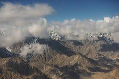 Mening van de bergketen van Himalayagebergte van het vliegtuigvenster Nieuwe Delhi-Leh vlucht, India Royalty-vrije Stock Foto's