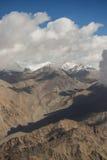Mening van de bergketen van Himalayagebergte van het vliegtuigvenster Nieuwe Delhi-Leh vlucht, India Stock Afbeelding