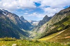 Mening van de bergkloof caucasus Stock Foto