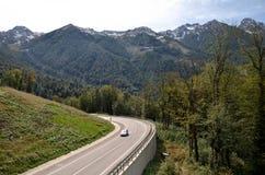 Mening van de bergweg die tot Rose Farm, Krasnaya Pol. leiden Royalty-vrije Stock Foto's