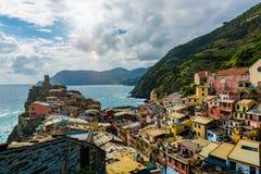 Mening van de beroemde bestemming Vernazza, een kleine mediterrane oude overzeese stad van het reisoriëntatiepunt met havenkust e Royalty-vrije Stock Fotografie