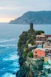 Mening van de beroemde bestemming Vernazza, een kleine mediterrane oude overzeese stad van het reisoriëntatiepunt met havenkust e Stock Fotografie