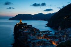 Mening van de beroemde bestemming Vernazza, kleine mediterrane oude overzeese stad van het reisoriëntatiepunt met havenkust en ka Royalty-vrije Stock Afbeelding