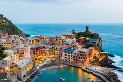 Mening van de beroemde bestemming Vernazza, kleine mediterrane oude overzeese stad van het reisoriëntatiepunt met havenkust en ka Stock Foto's