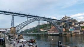 Mening van de beroemde Dom Luiz-brug in Porto, Portugal op een bewolkte dag Stock Fotografie
