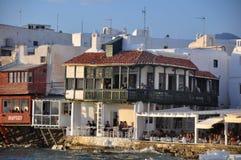 Mening van de beroemde koffie van de waterkant en huizen van Mykonos-stad Royalty-vrije Stock Foto's