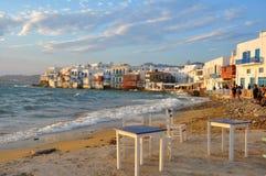 Mening van de beroemde koffie van de waterkant en huizen van Mykonos-stad Royalty-vrije Stock Afbeeldingen