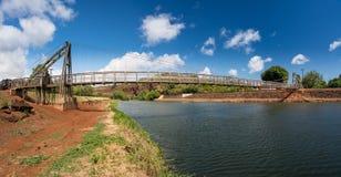 Mening van de beroemde slingerende brug in Hanapepe Kauai stock foto