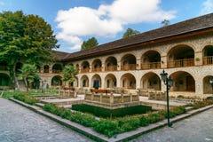 Mening van de binnenbinnenplaats van Hogere caravanserai in Sheki azerbaijan royalty-vrije stock afbeeldingen