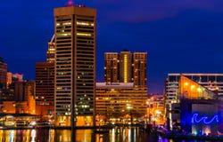 Mening van de Binnenhaven en de horizon van Baltimore tijdens schemering F stock fotografie