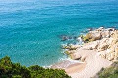 Mening van de blauwe lagune en het strand op een de zomer zonnige dag Stock Foto's