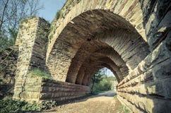 Mening van de bogen van de oude historische steenbrug Stock Foto