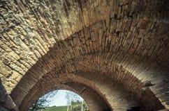 Mening van de bogen van de oude historische steenbrug Stock Fotografie