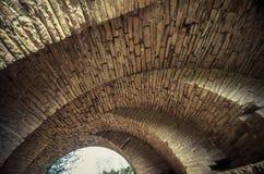 Mening van de bogen van de oude historische steenbrug Royalty-vrije Stock Foto