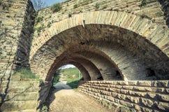 Mening van de bogen van de oude historische steenbrug Stock Afbeeldingen