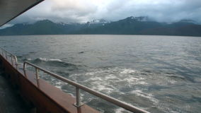 Mening van de boot voor bergen op achtergrond van kalm water in Vreedzame Oceaan stock footage