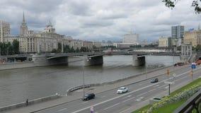 Mening van de Borodinsky-Brug, moskva-Rivier stock videobeelden