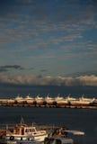 Mening van de boten op overzeese kust Royalty-vrije Stock Fotografie