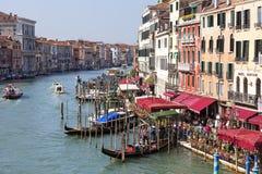 Mening van de boulevard over Grand Canal en de haven voor gondels, Venetië, Italië Stock Foto