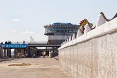 Mening van de bouw van de de rivierhaven van Volgograd en het pierenverstand royalty-vrije stock foto's