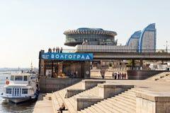 Mening van de bouw van de de rivierhaven van Volgograd en het pierenverstand stock afbeeldingen