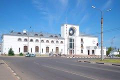 Mening van de bouw van het station op een zonnige juni-dag Velikiy Novgorod Rusland Stock Afbeelding