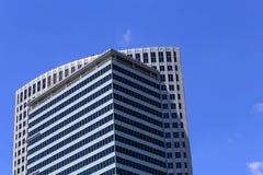 Mening van de bovenkant van wolkenkrabber tegen de hemel Voorbeeld van moderne architectuur Stock Foto