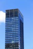 Mening van de bovenkant van wolkenkrabber tegen de hemel Voorbeeld van moderne architectuur Stock Foto's