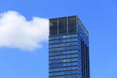 Mening van de bovenkant van wolkenkrabber tegen de hemel Voorbeeld van moderne architectuur Royalty-vrije Stock Fotografie