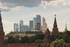 Mening van de brug aan de gebouwen van het Kremlin en het commerciële centrum van het kapitaal van Moskou royalty-vrije stock fotografie