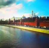 Mening van de brug aan het Kremlin, de rivier van Moskou en de Stad van Moskou Moskou, Rusland Royalty-vrije Stock Afbeelding