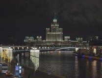Mening van de brug aan de Rivier van Moskou stock afbeeldingen