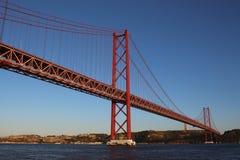 Mening van de brug van 25 DE Abrile van de Tagus-Rivier Stock Afbeeldingen