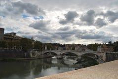 Mening van de brug van castel sant ` Angelo in Rome Stock Foto