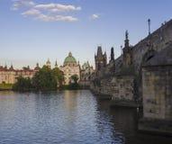 Mening van de brug van Charles in Praag, Tsjechische Republiek Gotisch Charles Bridge is één van de meest bezochte gezichten in P stock afbeelding
